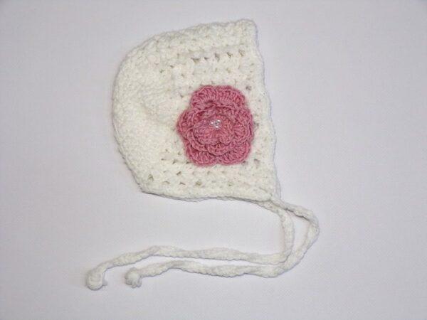 Χειροποίητο σκουφάκι μπε-μπε λευκό με ροζ λουλούδι 1